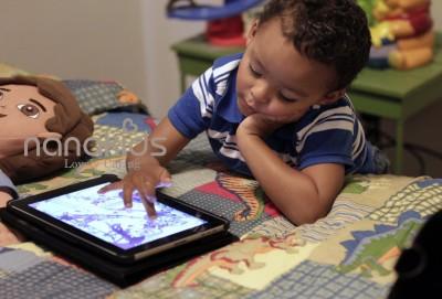 Cảnh báo bố mẹ: Nhớ tắt màn hình điện toại của bé một tiếng trước khi ngủ