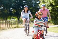 Hoạt động thể chất mang lại nhiều lợi ích cho bé yêu.