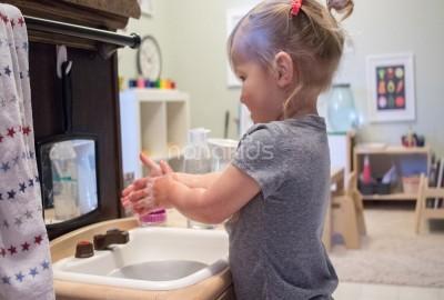 """Dạy trẻ tính """"trách nhiệm"""" theo phương pháp nổi tiếng Montessori"""