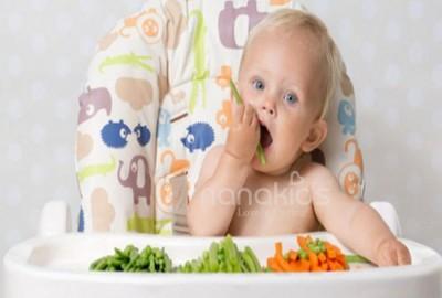Phân biệt sự khác nhau giữ oẹ và nghẹn ở trẻ sơ sinh theo phương pháp ăn dặm BLW.