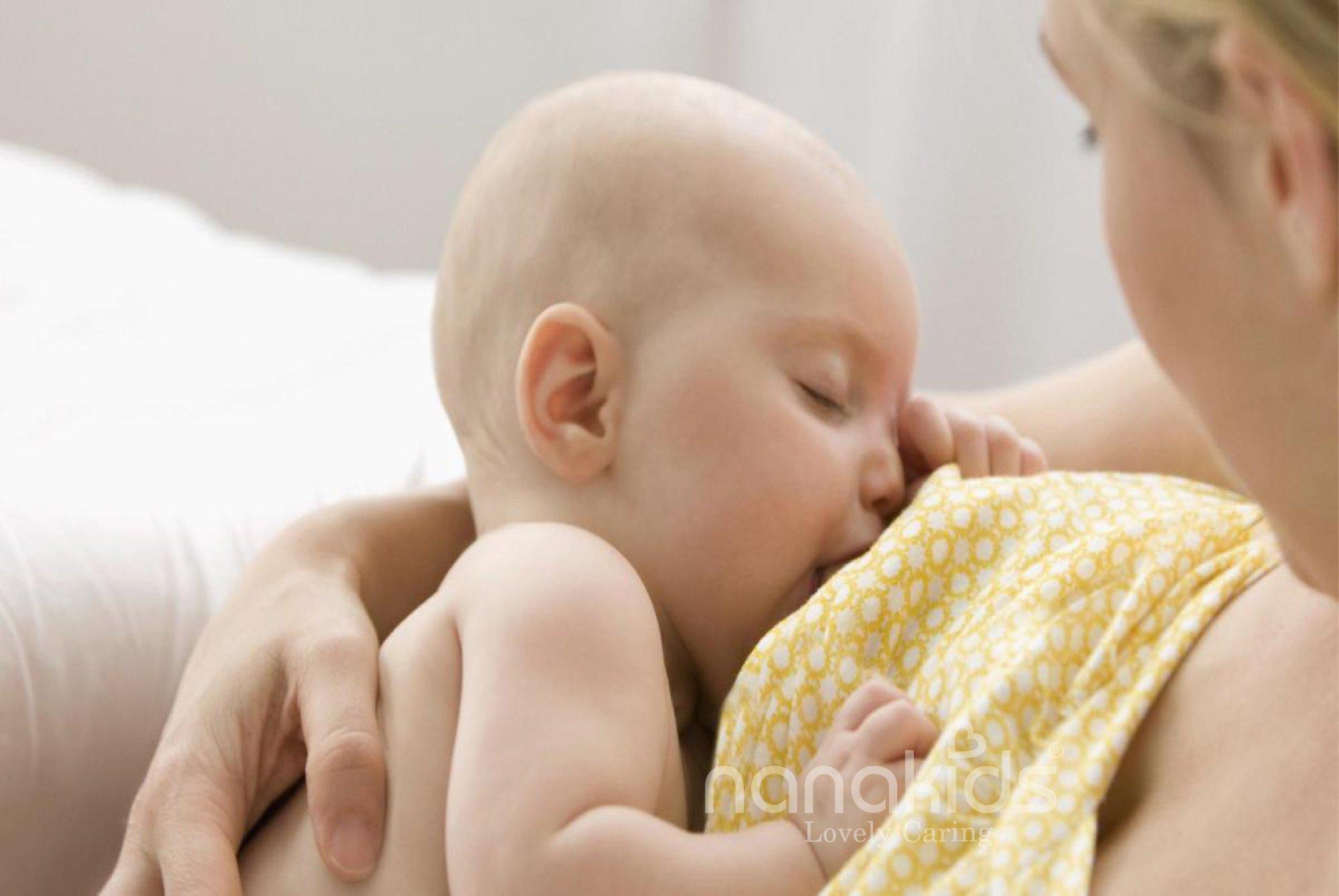 mẹ ăn uống lành mạnh sau sinh để có sữa chất lượng cho bé bú