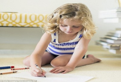 """Tai hại khó lường với trẻ khi mẹ không chỉnh đốn dáng ngồi """"W"""" ."""