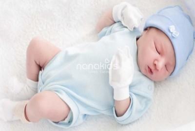 Mẹ bỉm có buộc phải đeo bao tay, bao chân và đội mũ cho bé sơ sinh?