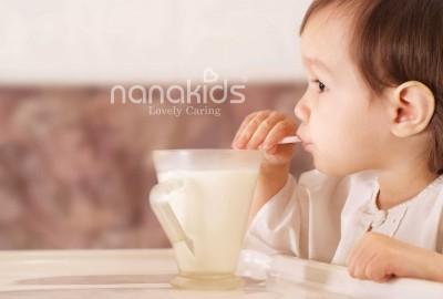 Có cần thiết phải cho bé ti sữa trước khi ngủ khay không.