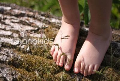 Mẹ có tin đôi chân trần giúp bé phát triển kỹ năng vận động?