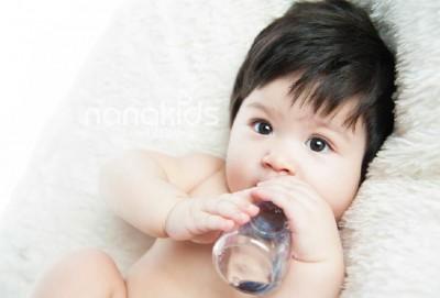 Cho trẻ sơ sinh uống nước, nên hay không nên?