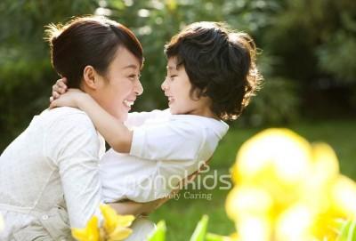 Mẹ có biết, những cái ôm ảnh hưởng đến sự phát triển tích cực của trẻ.