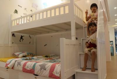 Lý giải sức hút của giường 3 tầng trẻ em bằng gỗ thông.